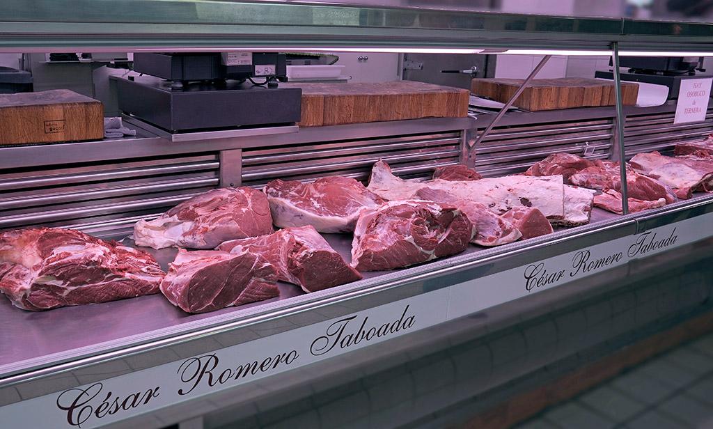 Mostrador y zona de trabajo del puesto de Carnicería César Romero Taboada en el Mercado de Abastos de Zamora.